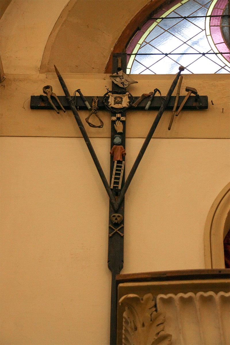 Chiesa parrocchiale di Tiser: particolare croce con gli strumenti della Passione del Signore