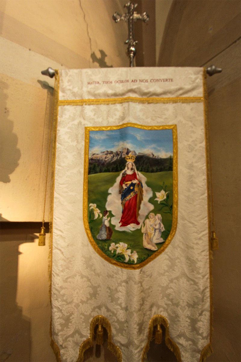 Chiesa parrocchiale: il rinnovato gonfalone delle Figlie di Maria (2017)