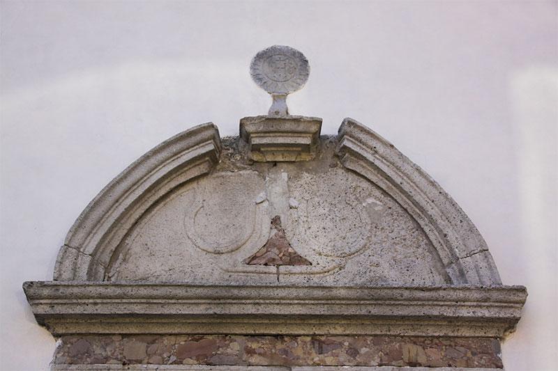 Chiesa parrocchiale: particolare del portale d'ingresso