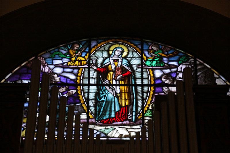 La vetrata dedicata alla B.V.