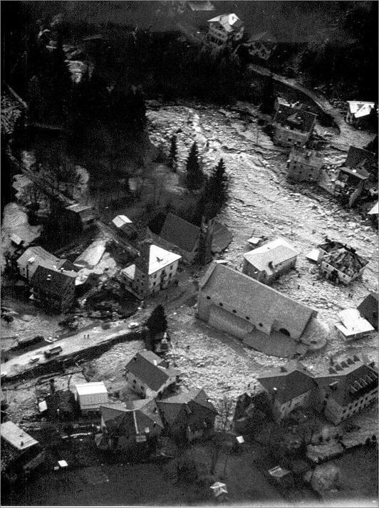 Foto aerea dell'alluvione a Gosaldo il 4-11-1966 con le due chiese al centro