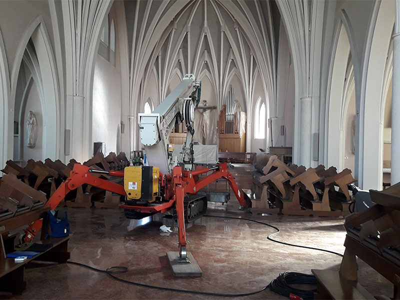 Lavori in chiesa a Frassenè